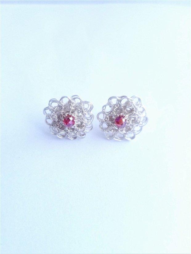 Cercei argintati cu surub-cupru placat cu argint, margele de sticla rosii