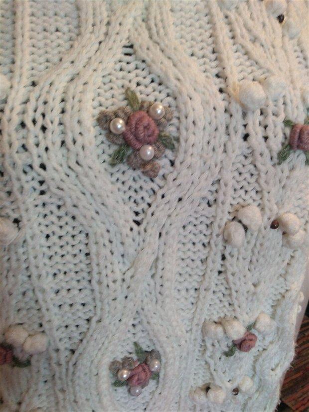 Pulover bluza alba groasa alba tricotata manual cu trandafiri si  matgele