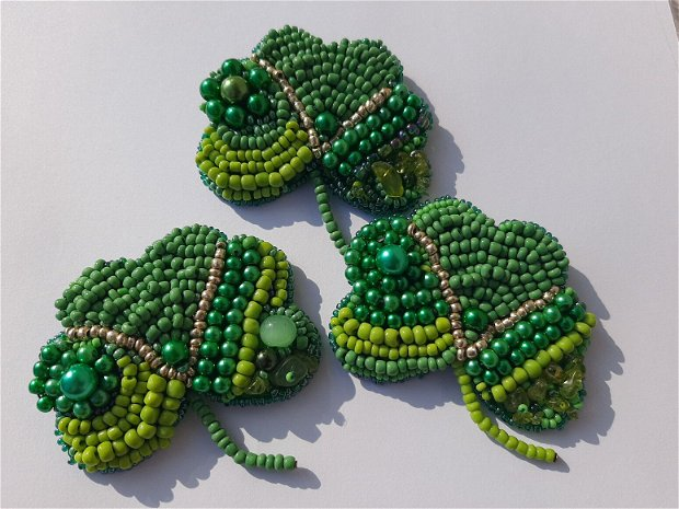 Brosa verde cu trifoi