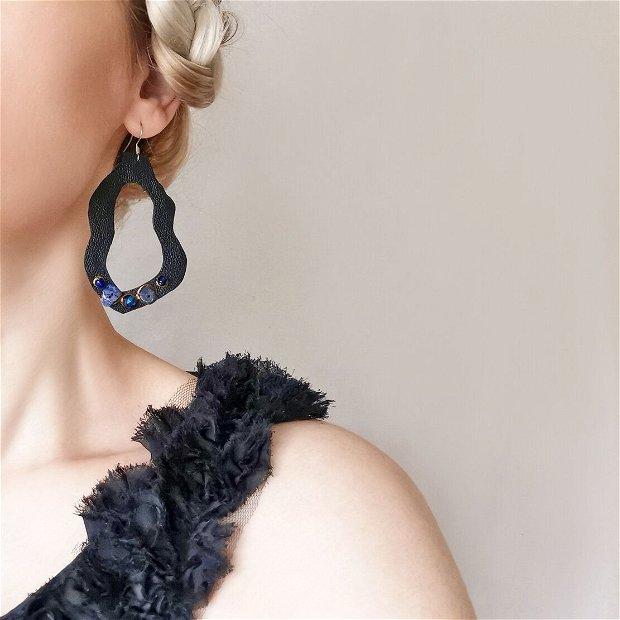 Cercei negri din piele naturala cu aplicatii de margele albastre, cercei abstracti mari