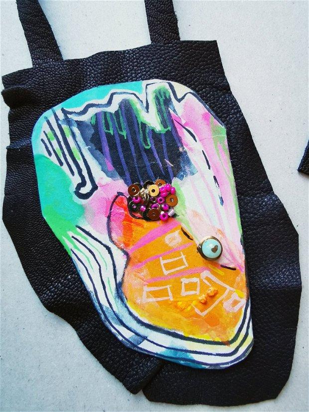 Colier cu pandativ supradimensionat din piele neagra si carton pictat manual in stil abstract-cubist, colier artistic statement cu pandantiv mare, Pandantiv colorat, colier reglabil