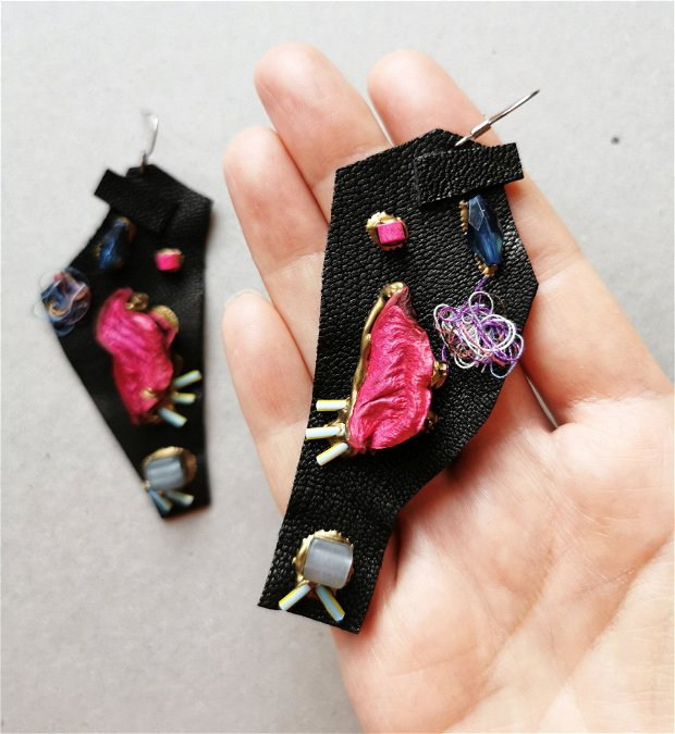 Cercei asimetrici de piele neagra cu aplicatii de frunze si margele, Cercei lungi handmade de piele, cercei statement unicat