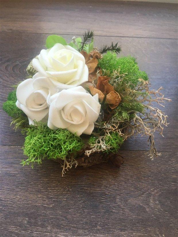 Aranjament masa cu trandafiri spuma, petale uscate trandafiri, plante uscate, licheni, lemn brad