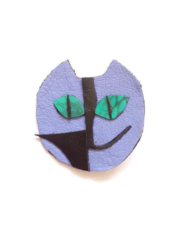Broșă cu pisică abstractă mov