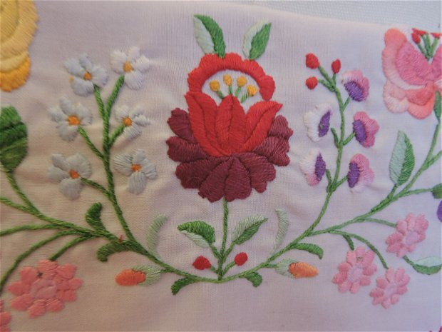 plic roz crosetat manual cu capac brodat manual colorat