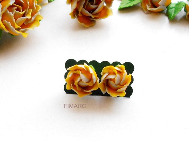 Trandafiri in culorile anului 2021 - cercei pe ureche