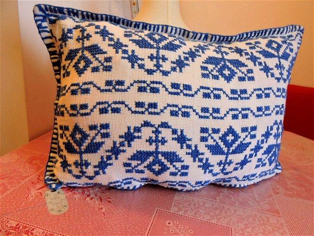 fata de perna albastra cusuta manual in cruciulite