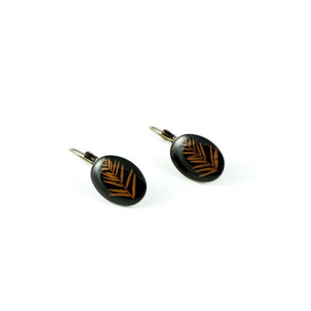 Cercei bronz ovali, cu frunze de chiparos de baltă, pe fond negru