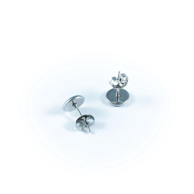 Cercei argintii mici, cu piese de ceas, pe fond portocaliu