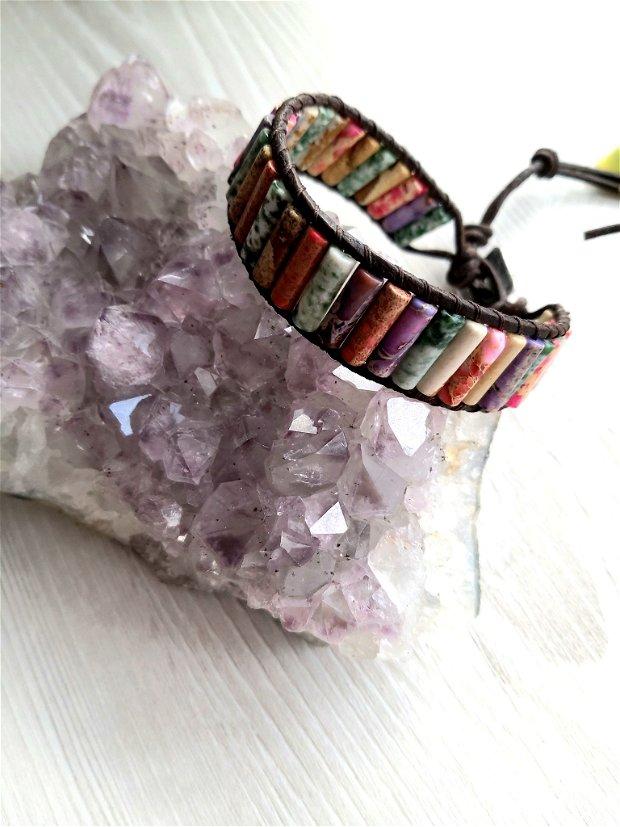 Bratara din pietre de jasper regalit cusute pe piele naturala