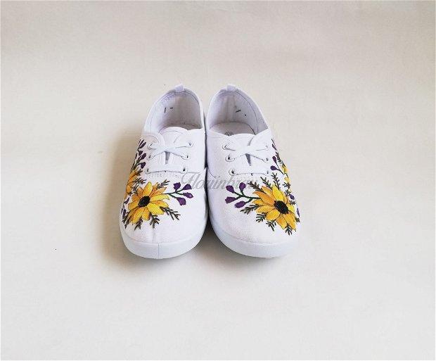 Tenisi pictati cu Floarea - soarelui - UNICAT