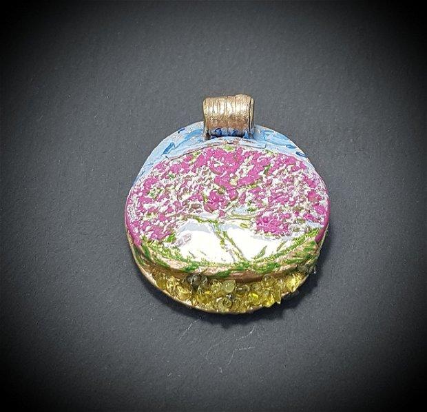 pandantiv unicat, reversibil, mixedmedia, din bronz texturat, cu chipsuri de peridot si un cabochon de portelan pictat cu argint,  incluzand un pom inflorit in peisaj de primavara