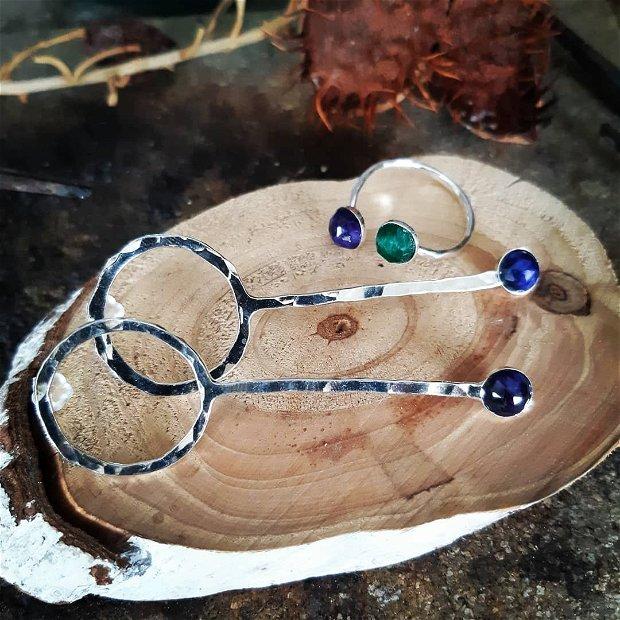 Inel reglabil din argint 925 cu textura de ciocan si pietre de safir si smarald