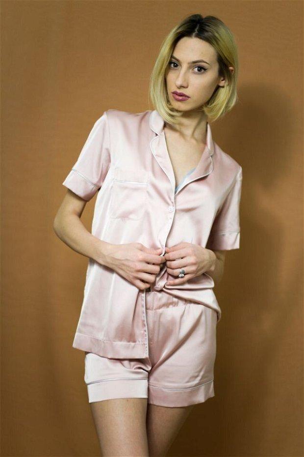 Pijama roz scurtă, de damă, dinsatin mătăsos - personalizabilă