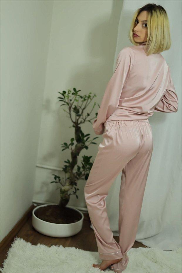 Pijama roz lungă, de damă, din satin mătăsos - personalizabilă