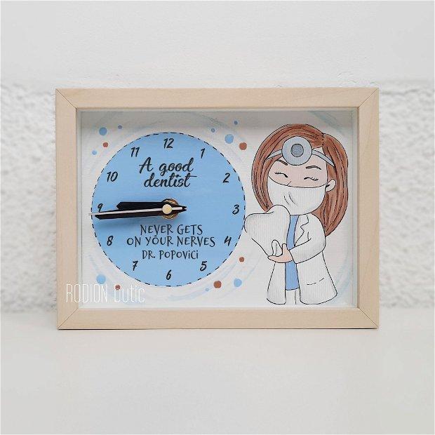 Ceas dentista pictat manual personalizat cu nume