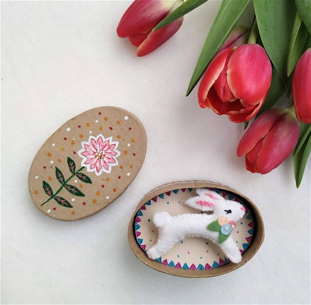 Brosa iepuras in cutie pictata