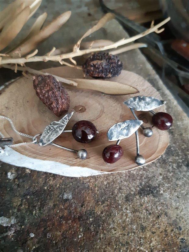 Cercei cu tija din argint 925, reticulat si partial oxidat cu granat, cirese