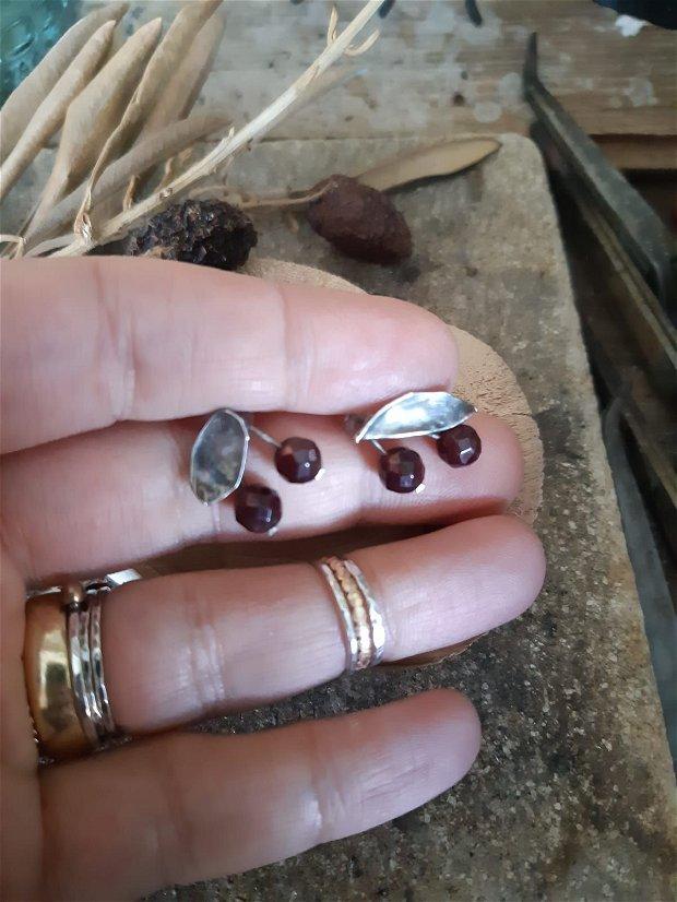 Cercei cu tija din argint 925, reticulat si partial oxidat cu granat, visine