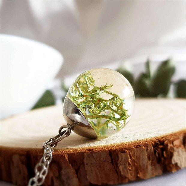 Lichen 20mm, Pandantiv cu lant, sfera din rasina cu lichen verde, lant cu bila, plante uscate presate