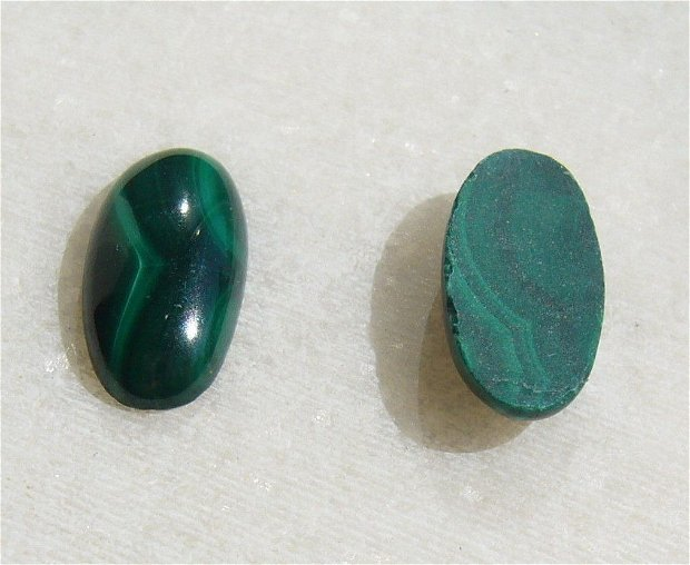 (2 bucati) Malachit natural cabochon aprox 14x7x3 mm
