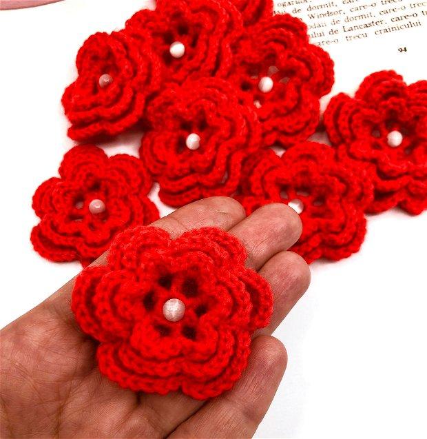 Floricele rosii crosetate manual