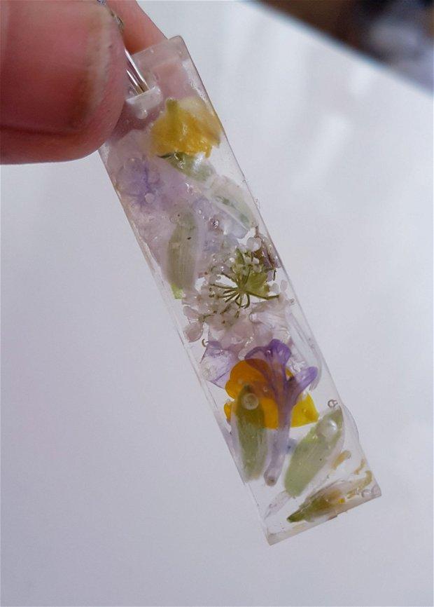 pandantiv unicat, in forma de bara din rasina UV cu flori de camp naturale multicolore