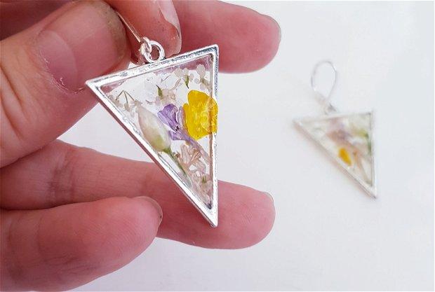 cercei unicat agatatori triunghiulari, din rășină UV transparenta, cu flori de camp naturale