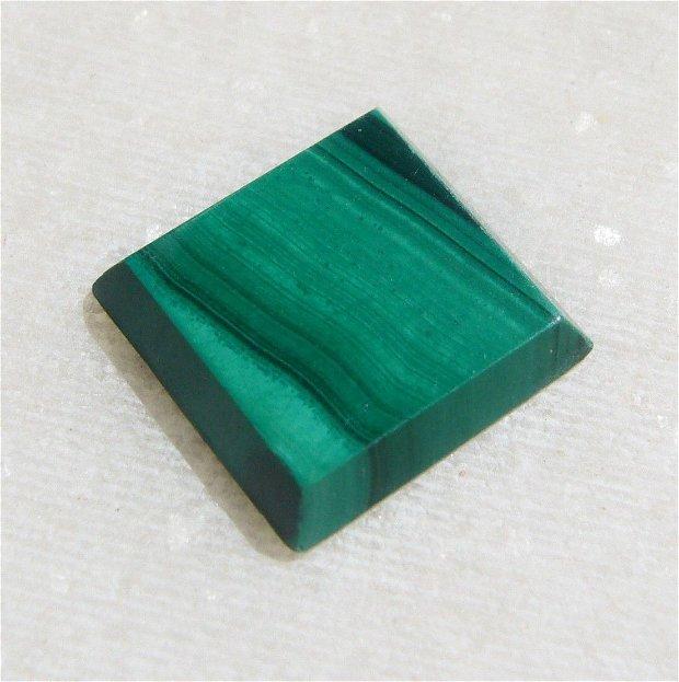 Cabochon din malachit natural trunchi de piramida patrulatera regulata aprox 12x12x2.5 mm