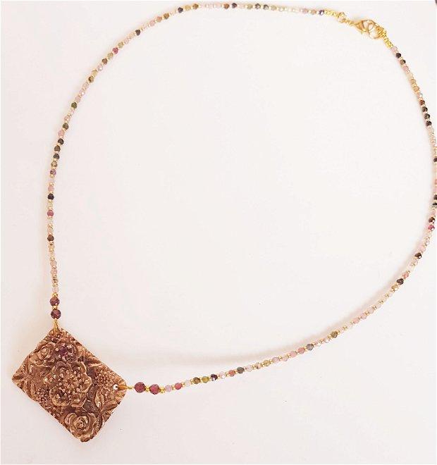 colier de autor, cu pandantiv vintage reversibil, din bronz auriu, cu motiv floral si un granat si un colier din cristale biconice din turmalina si margele japoneze aurii