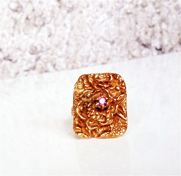 inel de autor, vintage, din bronz auriu cu motiv floral și granat