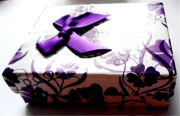 Cutie bijuterii cadou albcu flori mov si fundita mov