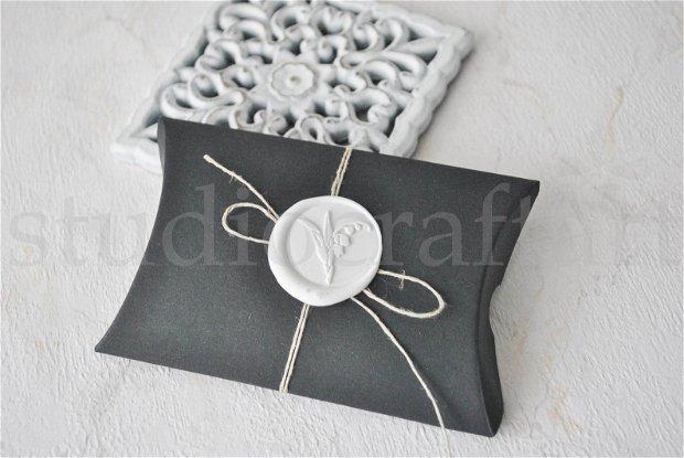 Cutiuta pillow neagra cu sigiliu de ceara
