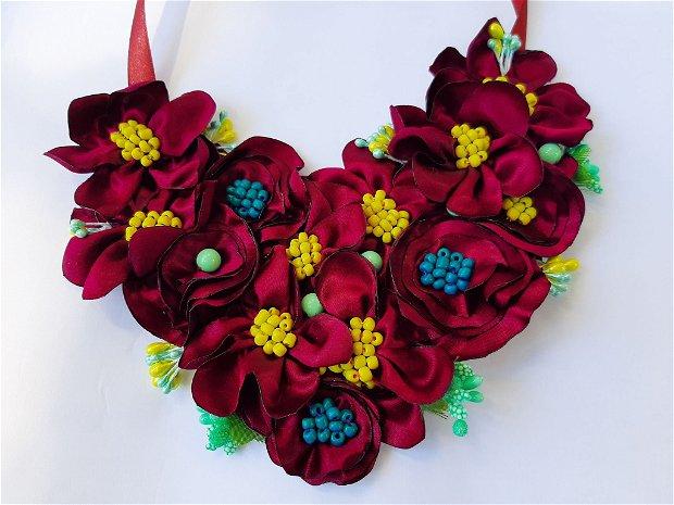 Colier textil cu flori și margele