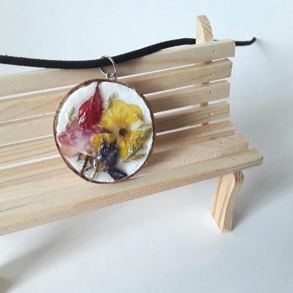 Colier cu pandantiv din lemn si flori naturale colorate aplicate