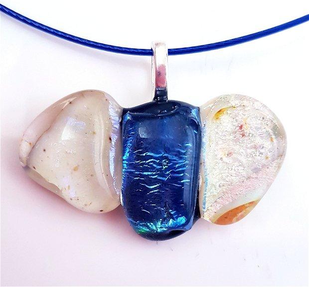 pandantiv unicat, in forma de papion din sticla dicroica opalescenta, alba si albastra