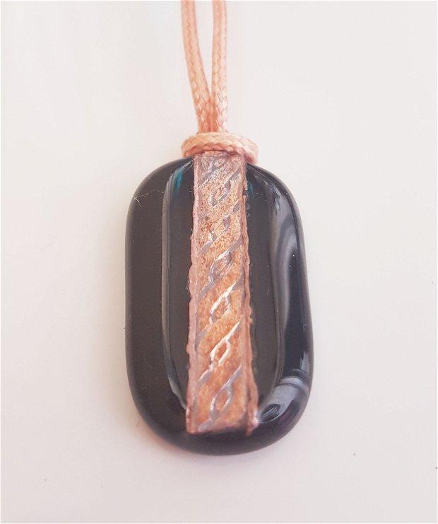 pandantiv unicat din sticla fuzionata neagra cu banda de cupru texturat in forma de snur