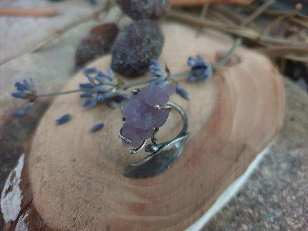 Inel reglabil din argint 925 cu textura de ciocan, partial oxidat si piatra bruta de agata strugure - calcedonie botryoidal