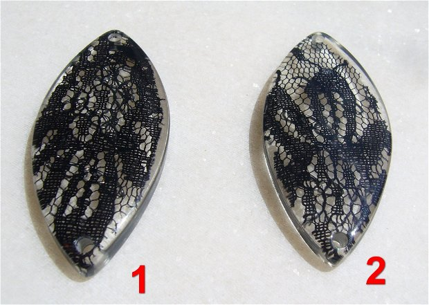 Link masiv din rasina cu insertie de dantela neagra si lantisoare (provenienta America) aprox 62x27.5x6 mm