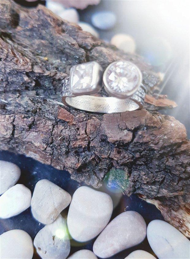 inel de autor, deschis, din argint fin texturat si antichizat si zirconii patrat si rotund