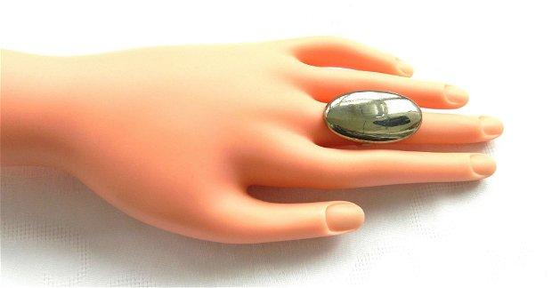 Inel cu caboşon oval supradimensionat din pirită