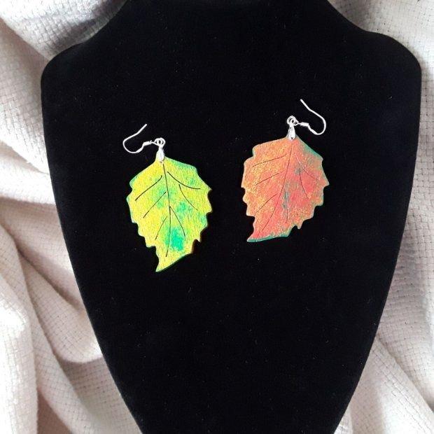 Cercei asimetrici frunze pictate