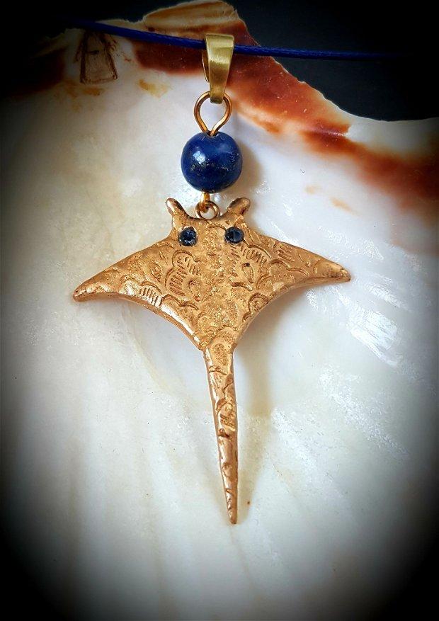 pandantiv de autor, in formă de pisică de mare, din bronz auriu cu cristale Swarovski si lapis