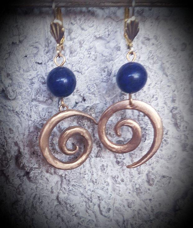 cercei de autor, asimetrici, din bronz auriu, in forma de spirala/val, cu margele de lapis