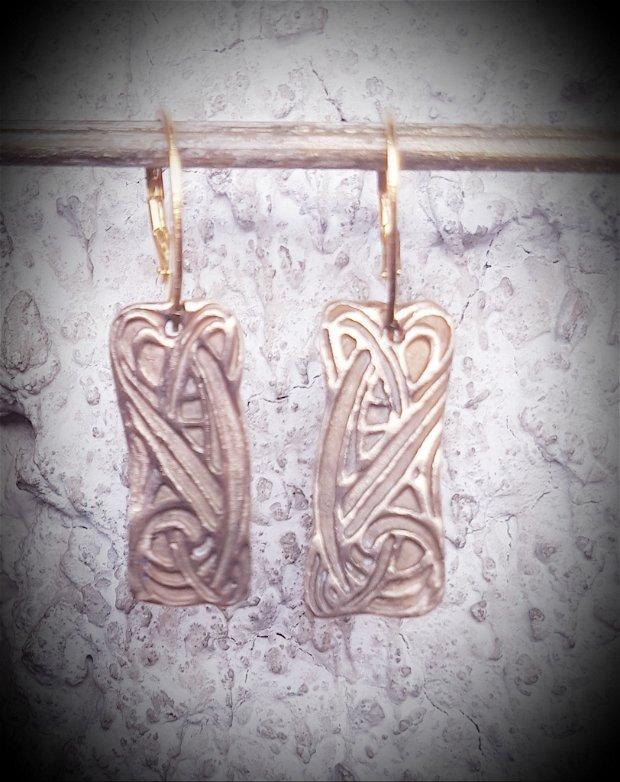 cercei de autor, atarnatori, dreptunghiulari, din bronz auriu, cu motiv celtic