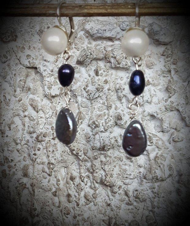 cercei din argint cu o combinatie de perle de forme si culori diferite (alb, indigo, gri)