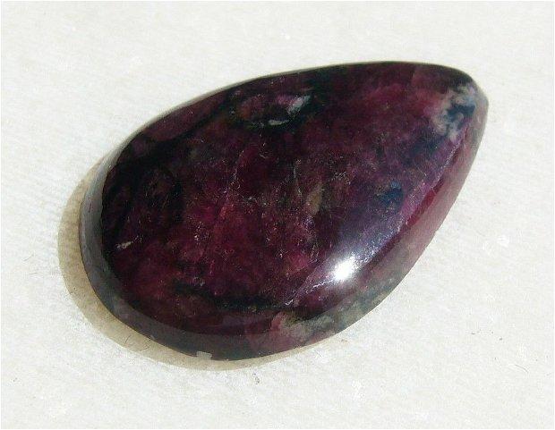 Cabochon eudialit (INDIA - lucrat manual) aprox 24x16x4 mm