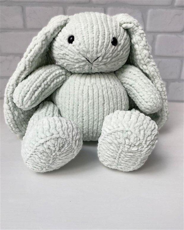 Iepuras tricotat manual din plus