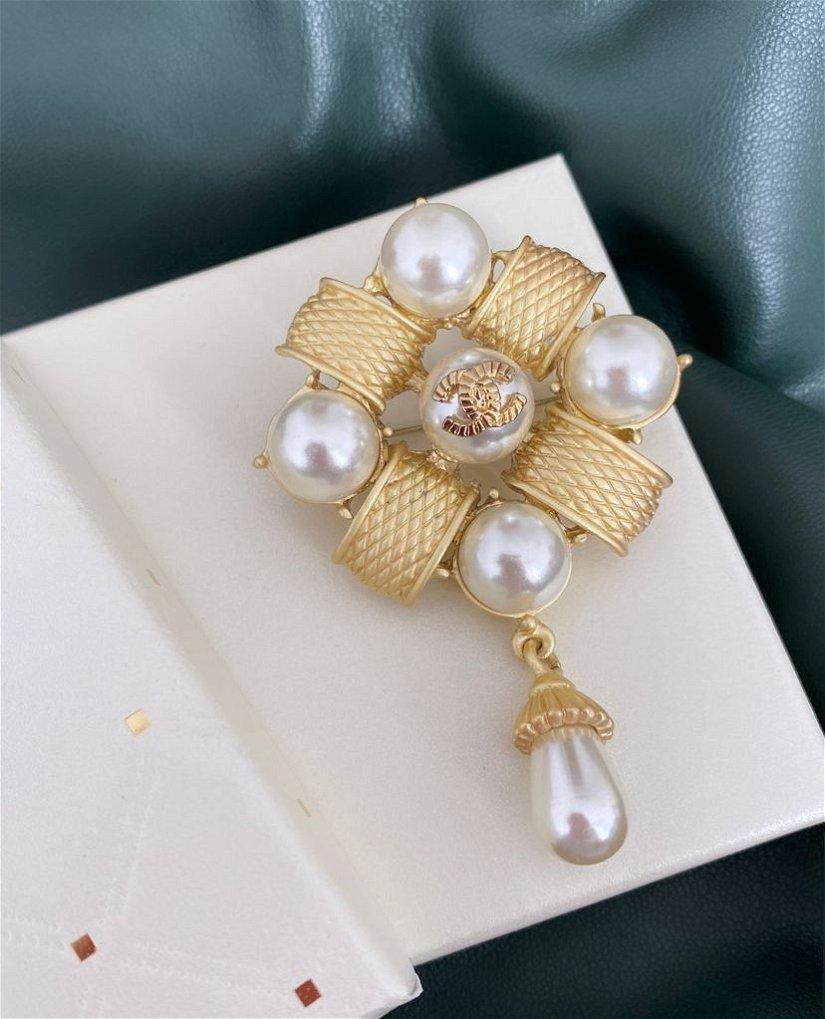 Broșă elegantă, aurie cu detalii tip perle albe