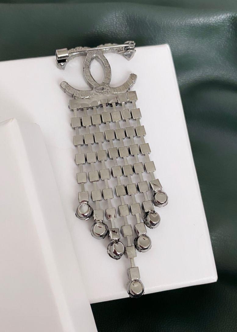 Broșă cu finisaje gri-metalizate și pietre